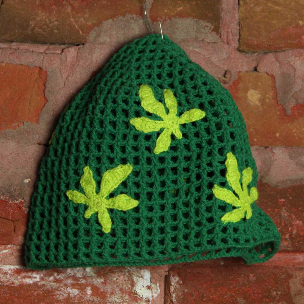 Шапка вязаная зеленая с листами конопли